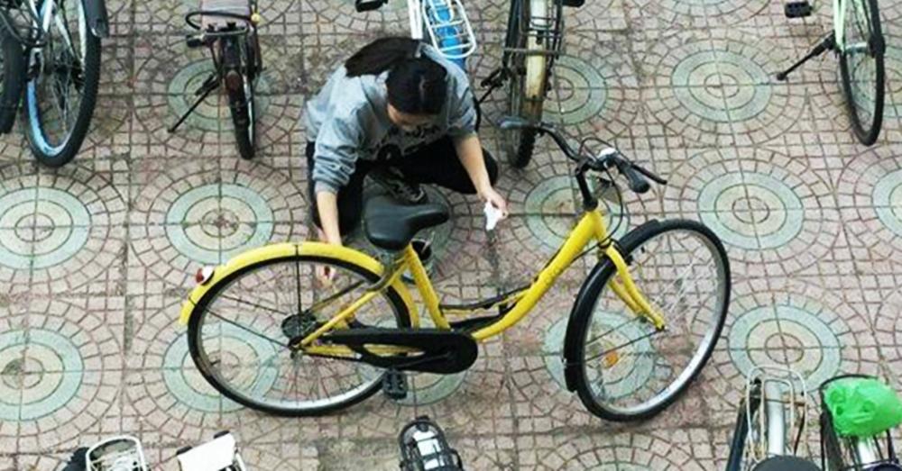 แบบนี้ก็ได้เหรอ!!?? น.ศ.หญิงชาวจีน ทาสีจักรยานสาธารณะ ทำเนียนเป็นจักรยานตัวเองเฉย