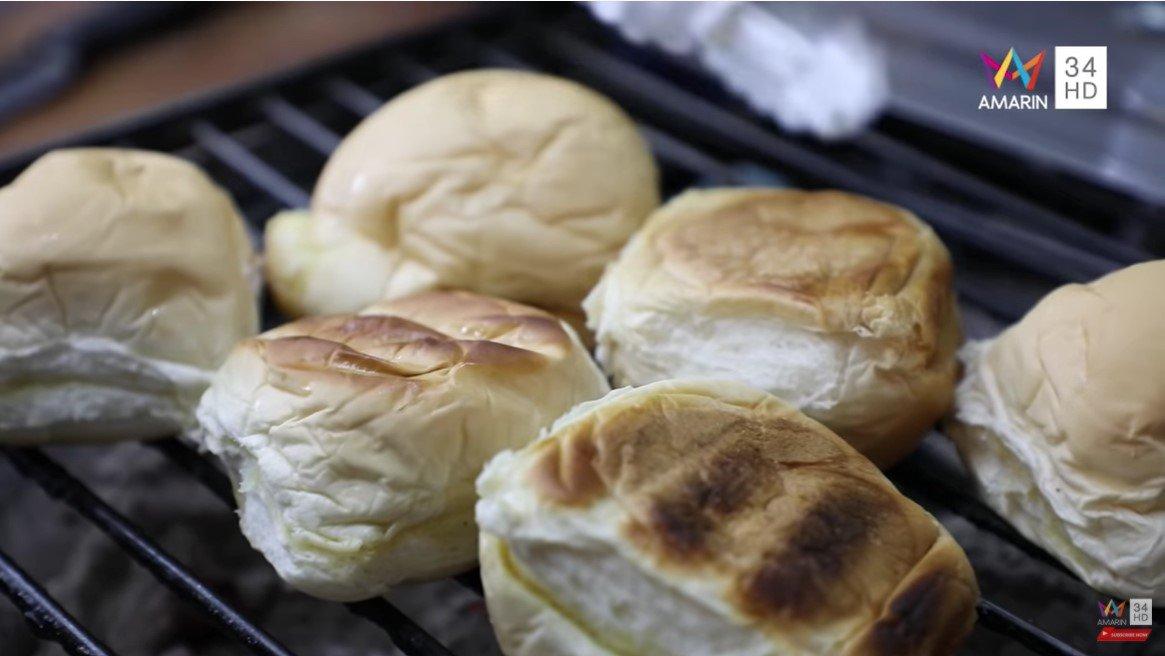 ขนมปังก้อน ปิ้ง เตาถ่าน