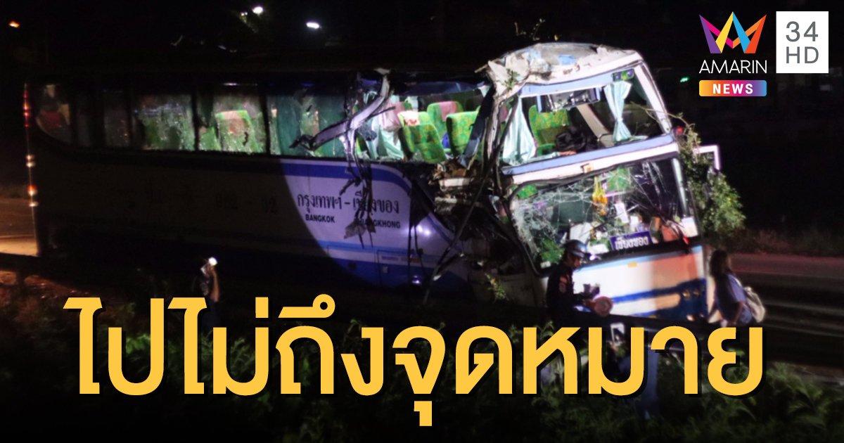รถทัวร์ชนยางอะไหล่ที่หล่นบนถนน เสียหลักชนต้นไม้ เจ็บ 10 ราย