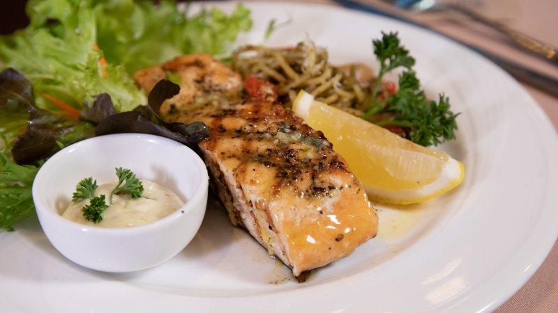 สเต็กปลาแซลมอนกับสปาเกตตี้เพสโต้ (269 บาท)