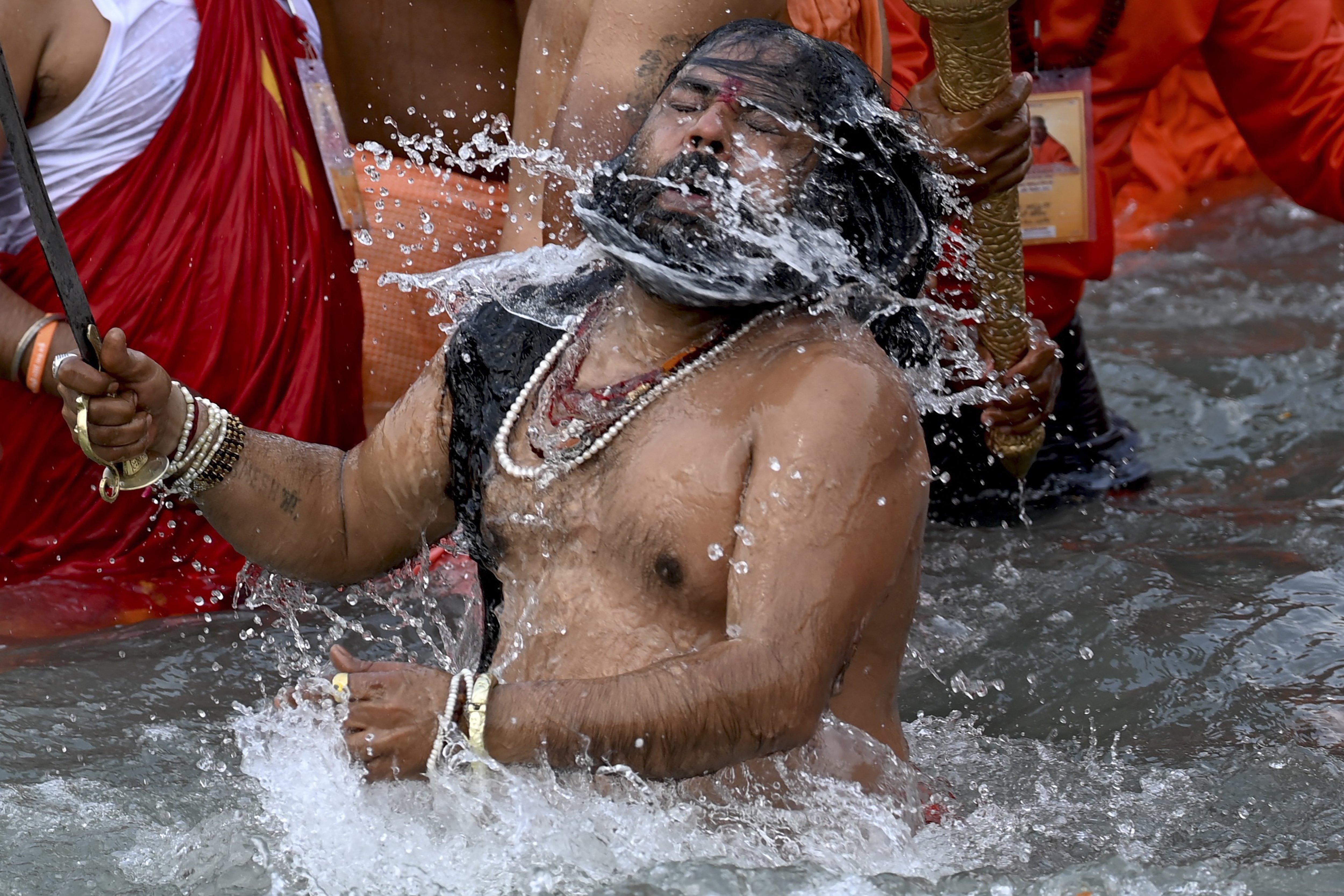 ชาวฮินดูนับล้านแห่ลง แม่น้ำคงคา ล้างบาป ไม่สน